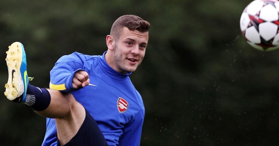 17.set.2013 - Jack Wilshere arrisca um chute com efeito durante treino do Arsenal