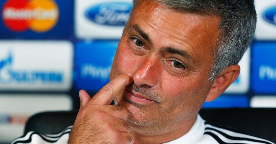 17.set.2013 - José Mourinho coça o rosto durante entrevista coletiva