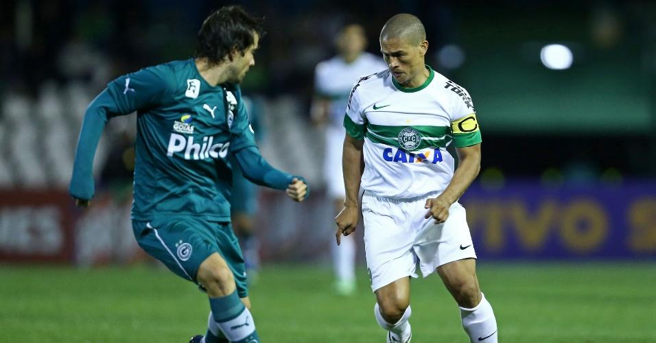 18.set.2013 - Alex tenta armar a jogada para o Coritiba contra o Goiás diante da marcação de David, em jogo do Brasileirão