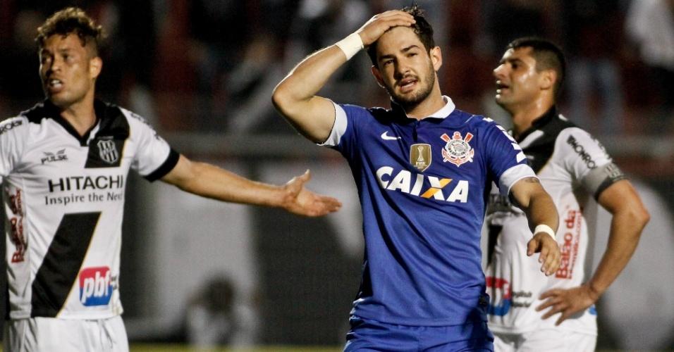 18.set.2013 - Alexandre Pato lamenta chance desperdiçada durante partida do Corinthians contra a Ponte Preta pelo Brasileirão
