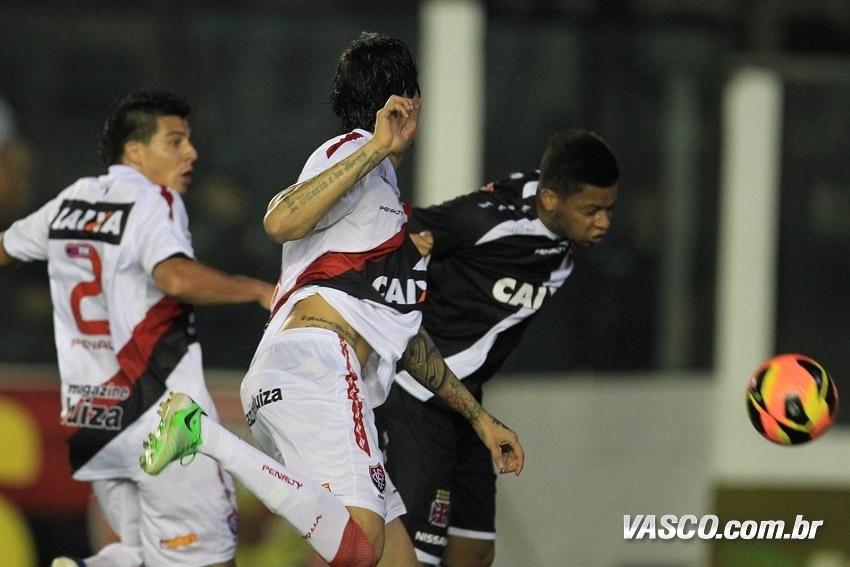 18.set.2013 - Atacante André cabeceia a bola para fazer o primeiro gol do Vasco contra o Vitória pelo Brasileirão