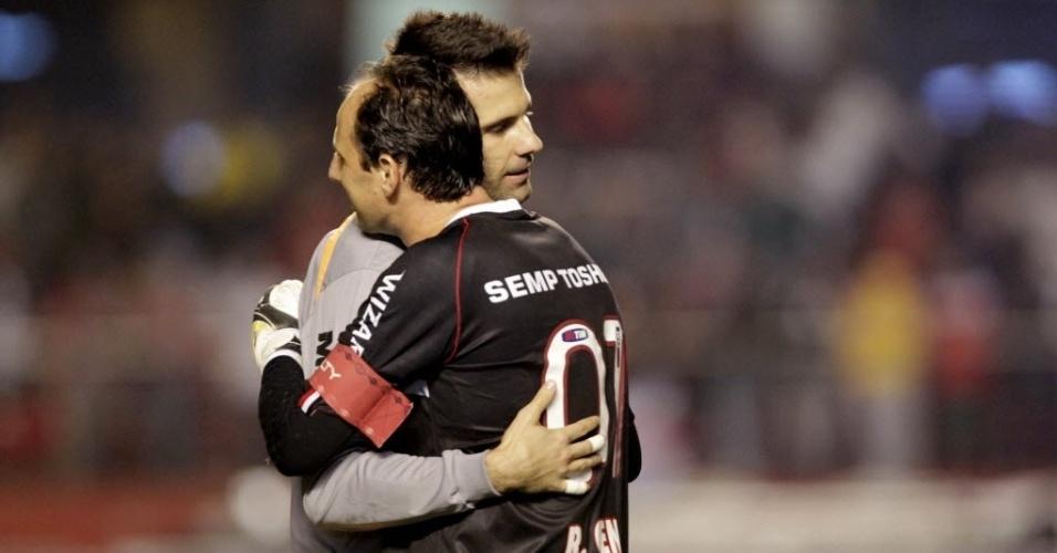 18.set.2013 - Goleiros de Atlético-MG e São Paulo, Vítor e Rogério Ceni se abraçam antes da partida no Morumbi