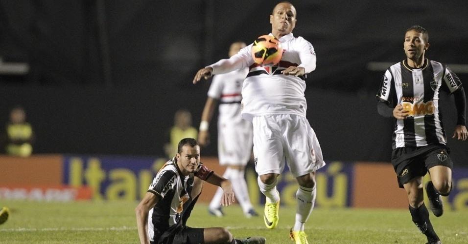 18.set.2013 - Luis Fabiano domina a bola no peito durante partida do São Paulo contra o Atlético-MG