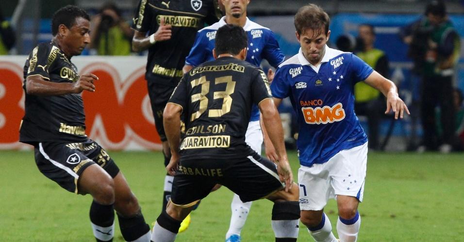 18.set.2013 - Marcado por dois jogadores do Botafogo, Éverton Ribeiro tenta armar a jogada para o Cruzeiro em partida do Brasileirão
