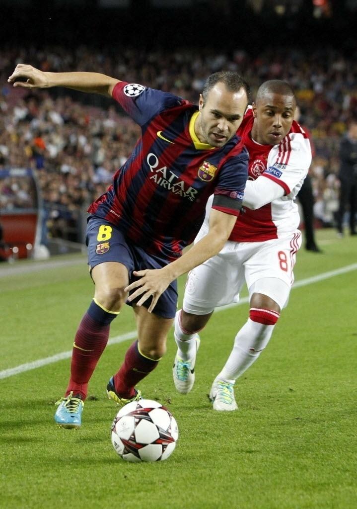 18.set.2013 - Iniesta, do Barcelona, dribla Lerin Duarte, do Ajax; Espanhóis venceram por 4 a 0