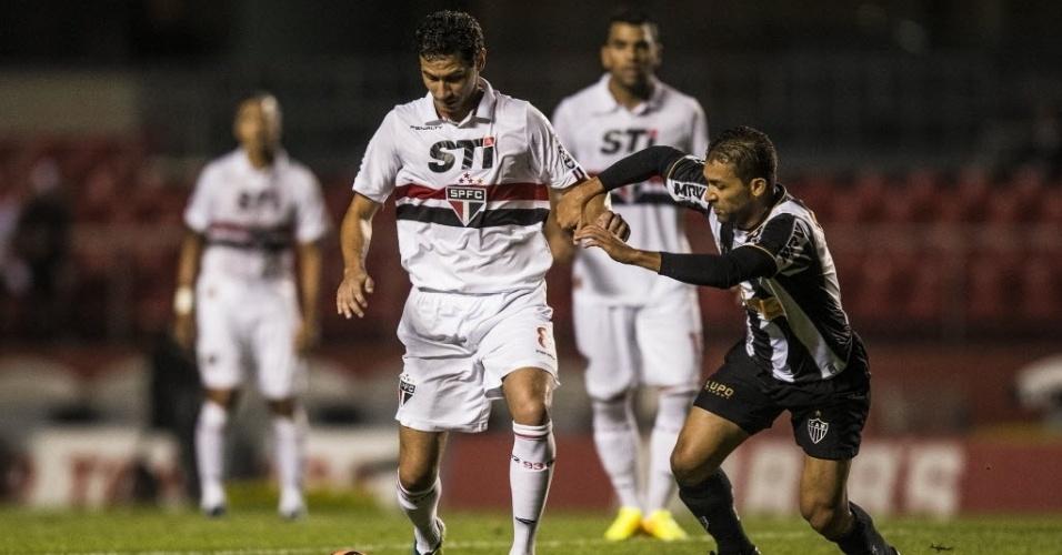 18.set.2013 - Paulo Henrique Ganso controla a bola diante da marcação de Pierre na partida entre São Paulo e Atlético-MG no Morumbi