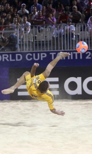 19.set.2013 - Andrii Borsuk, da Ucrânia, dá voleio na derrota para Senegal no 1° dia do Mundial de futebol de areia