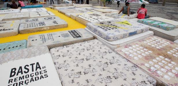 Anistia Internacional espalha colchões em frente à Câmara do Rio em protesto contra a Olimpíada
