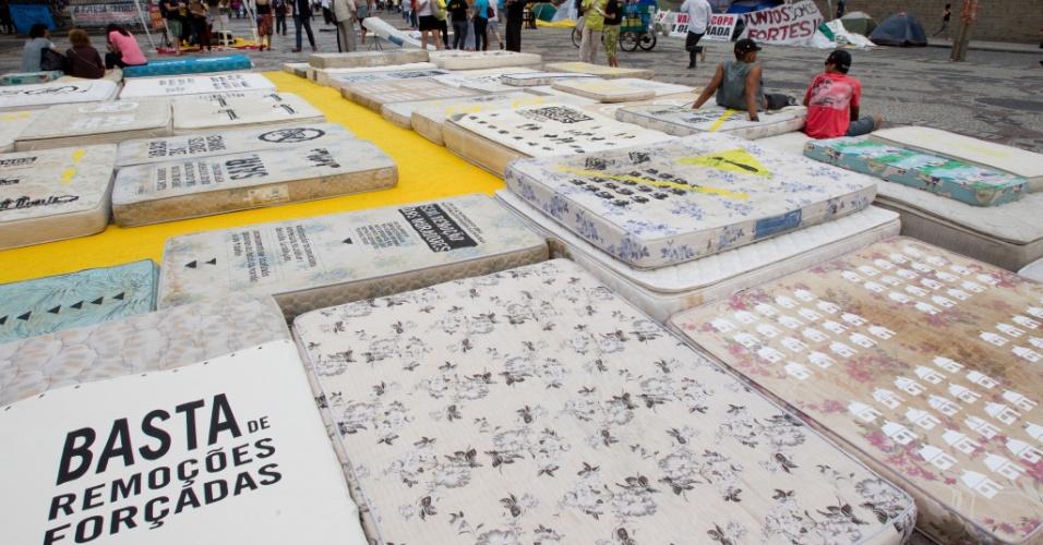 19.set.2013 - Anistia Internacional espalha colchões em frente à Câmara dos Vereadores do Rio de Janeiro para denunciar as remoções de milhares de pessoas forçadas pelas obras da Olimpíada de 2016
