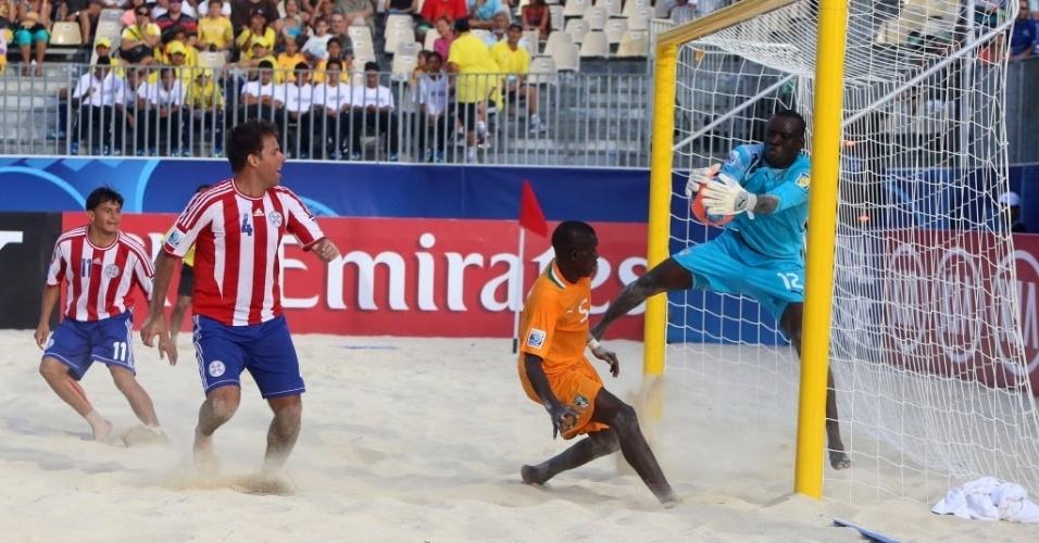 19.set.2013 - Armand Kouadio, goleiro da Costa do Marfim, tenta evitar gol paraguaio na primeira rodada do Mundial de futebol de areia