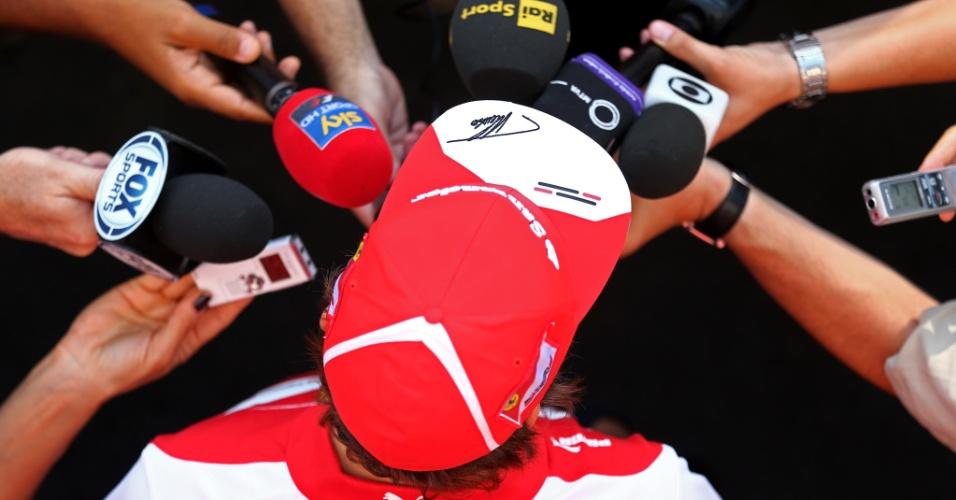 19.set.2013 - Fernando Alonso concede concorrida entrevista no circuito de Marina Bay, em Cingapura