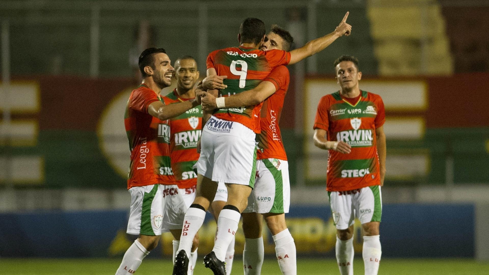 19.set.2013 - Gilberto comemora o segundo gol da Portuguesa sobre o Náutico