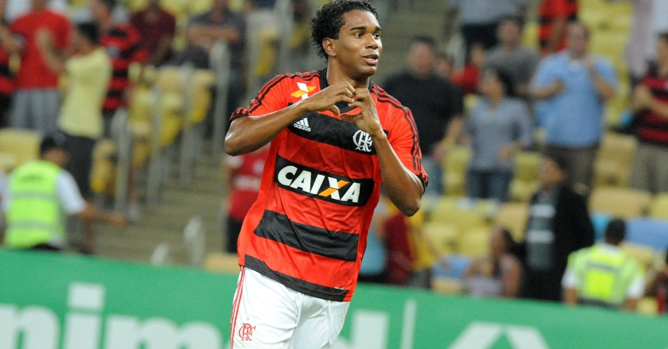 19.set.2013 - Luiz Antônio comemora o segundo gol do Flamengo contra o Atlético-PR