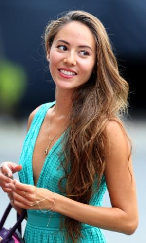 19.set.2013 - Namorada de Jenson Button, a modelo Jessica Michibata exibe sua simpatia no paddock do circuito de Marina Bay, em Cingapura