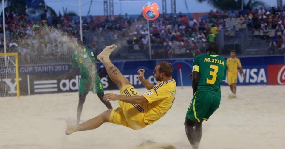 19.set.2013 - Panteleichuk, da Ucrânia, tenta bicicleta em partida contra Senegal; os africanos venceram por 5 a 4