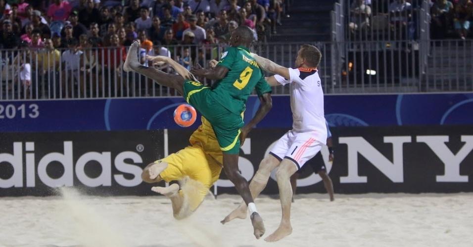 19.set.2013 - Pape Koukpaki, de Senegal, tenta jogada no ataque na vitória dos africanos contra a Ucrânia