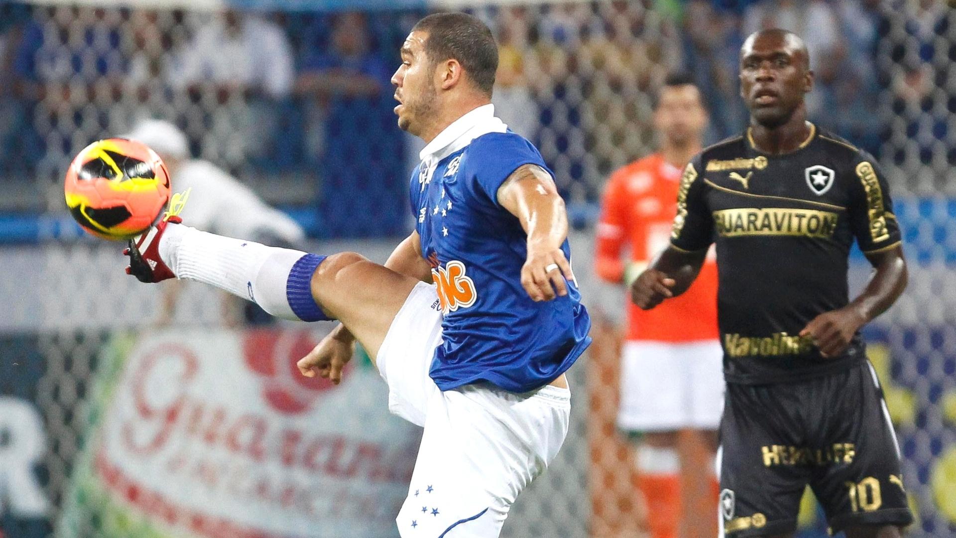 Volante Nilton durante a vitória do Cruzeiro sobre o Botafogo, por 3 a 0, no Mineirão, pelo Brasileirão (18/9/2013)
