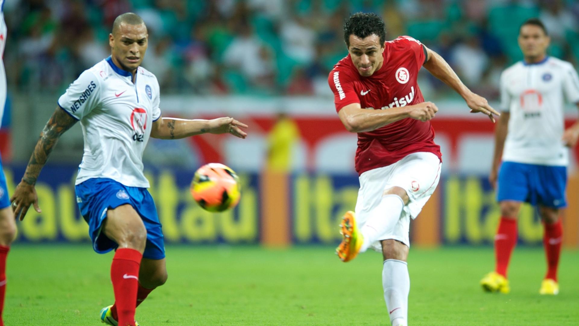 Zagueiro Tite observa chute de Damião em jogo Bahia x Internacional (19/09/2013)