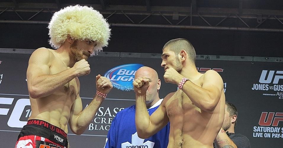 20.set.2013 - Americano Pat Healy 'roubou' a peruca do russo Khabib Nurmagomedov na pesagem do UFC 165