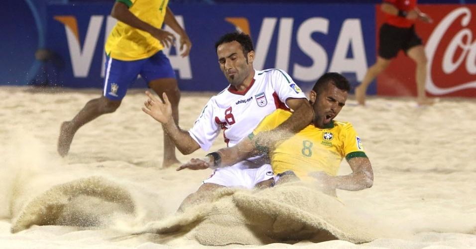 19.set.2013 - O brasileiro Bruno Xavier, que anotou 3 gols na partida, faz voar areia em dividida contra o iraniano Farid Boulokbashi