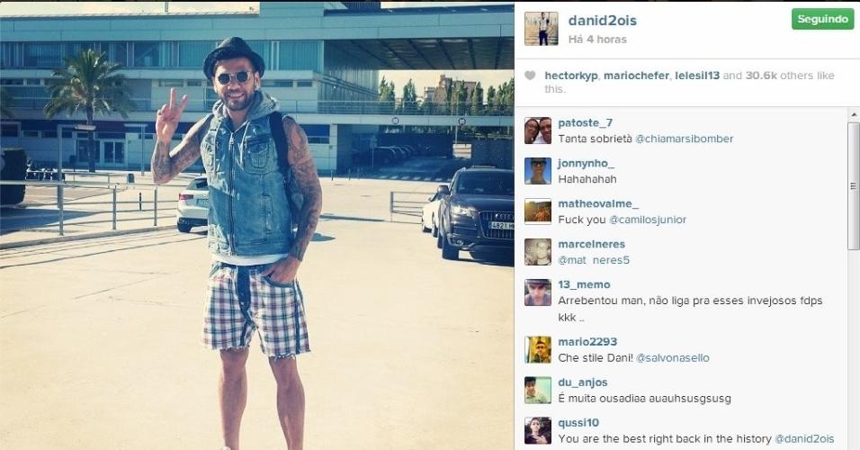 Daniel Alves usa bermuda rasgada, colete e chapéu em passeio na Europa