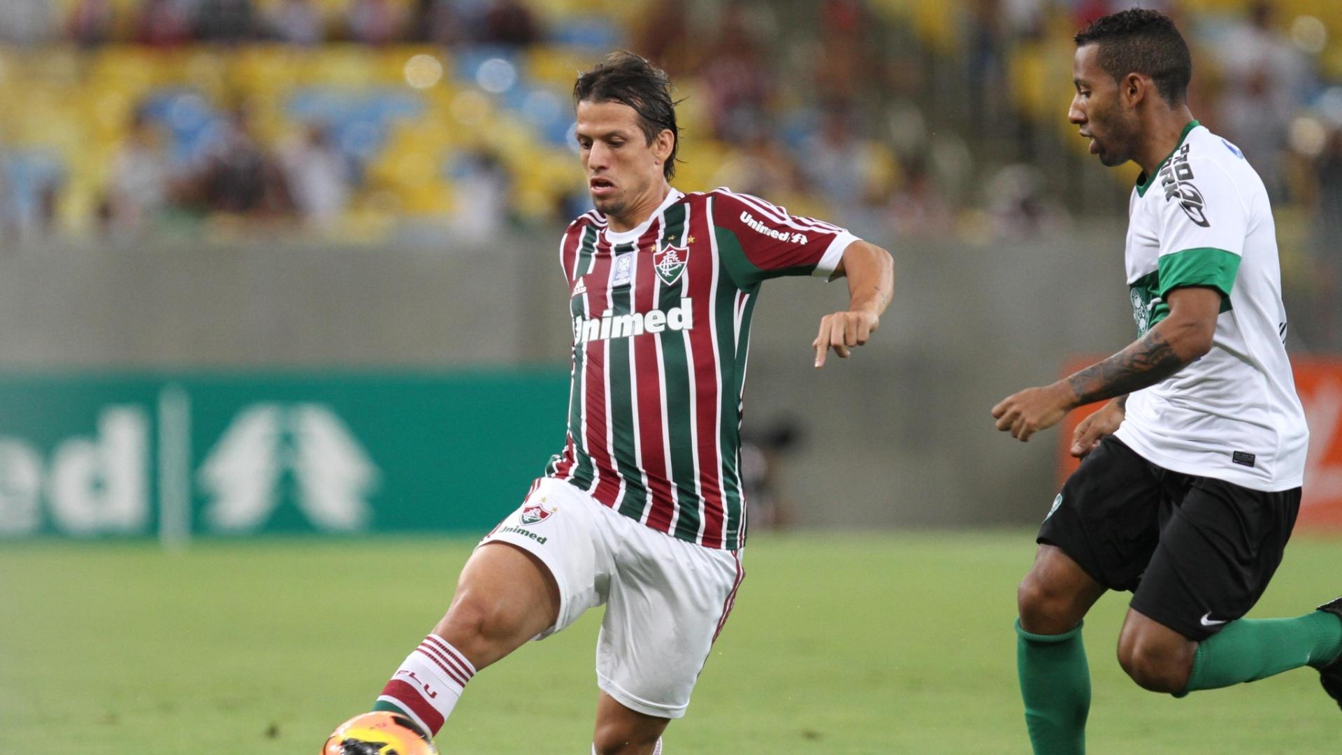 21.set.2013 - Diguinho, do Fluminense, domina a bola observado de perto por Vitor Júnior, do Coritiba, em jogo no Maracanã