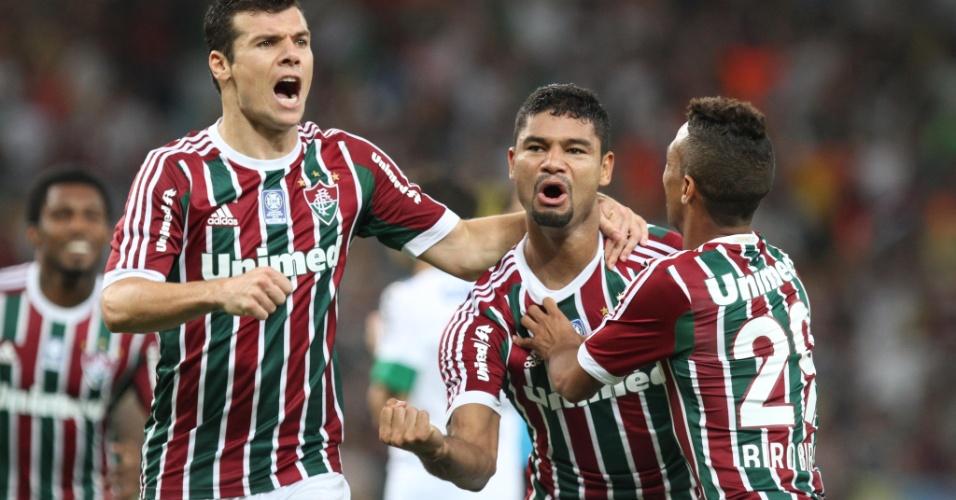 21.set.2013 - Gum, zagueiro do Fluminense, comemora seu gol na partida contra o Coritiba