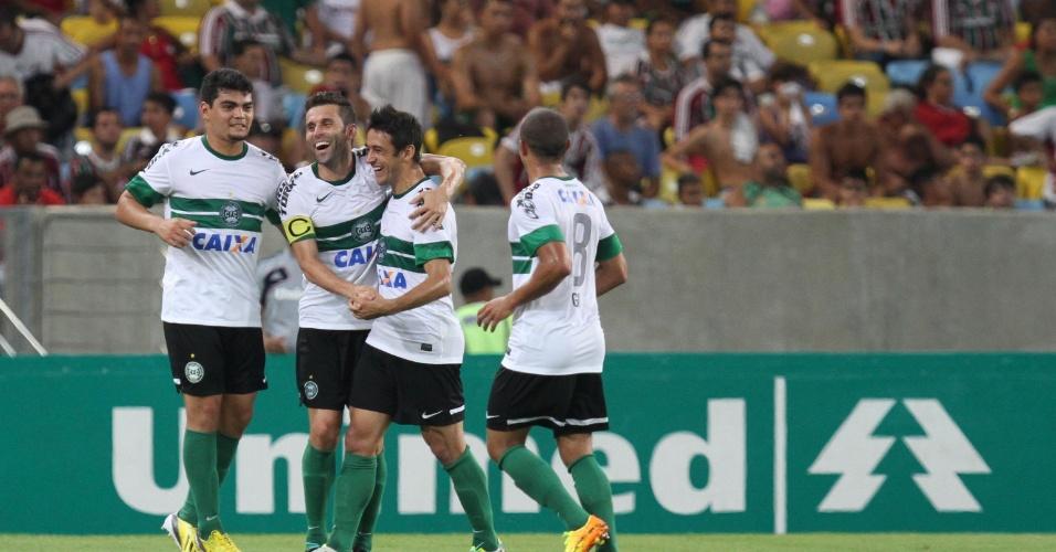 21.set.2013 - Jogadores do Coritiba comemora o gol marcado por Lincoln, que abriu o placar na partida contra o Fluminense, no Maracanã