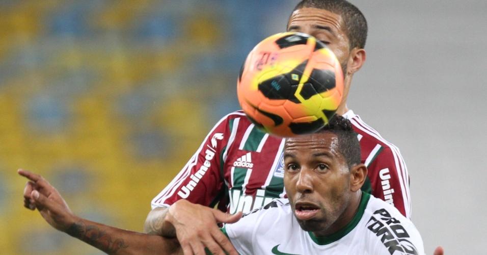 21.set.2013 - Marcado de perto, Vitor Junior observa a bola durante a partida entre Fluminense e Coritiba, no Maracanã