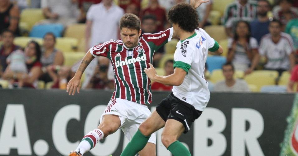 21.set.2013 - Rafael Sóbis, do Fluminense, divide com a bola com Victor Ferraz, do Coritiba, em jogo no Maracanã