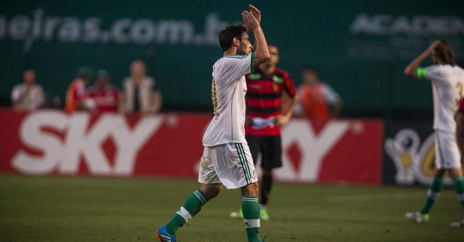 21.set.2013 - Valdivia aplaude torcedor do Palmeiras ao ser substiutído durante a partida contra o Sport, no Pacaembu