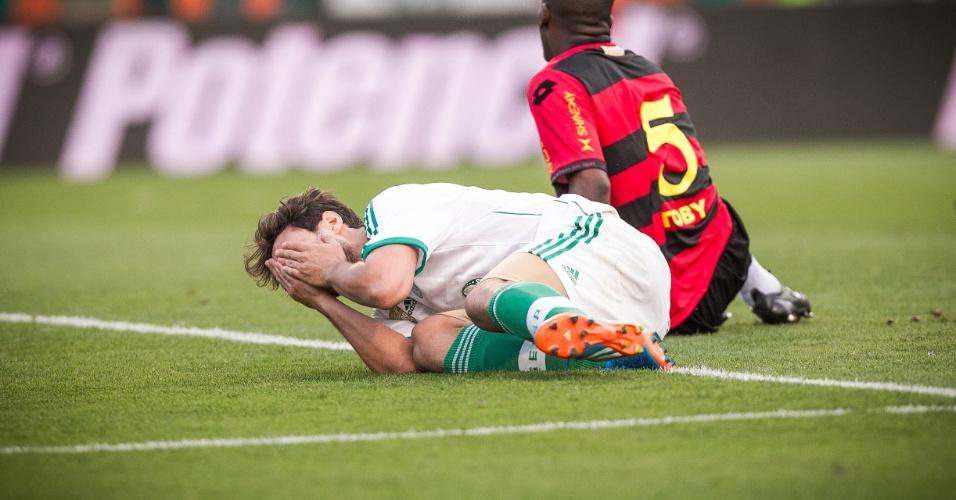 21.set.2013 - Valdivia cai após perder boa chance para marcar para o Palmeiras na partida contra o Sport, no Pacaembu