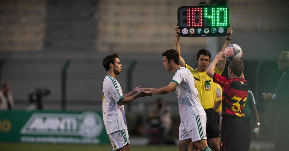 21.set.2013 - Valdivia deixa o gramado para a entrada de Felipe Menezes na partida contra o Sport