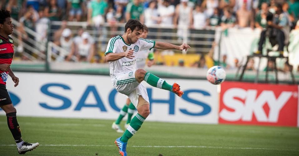 21.set.2013 - Valdivia domina a bola com estilo durante a partida contra o Sport, no Pacaembu