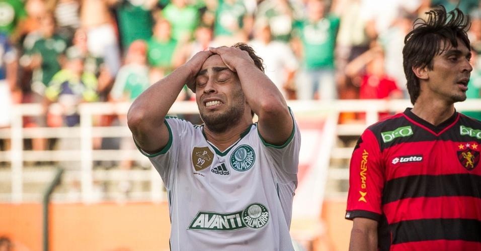 21.set.2013 - Valdivia lamenta chance perdida durante a partida contra o Sport, no Pacaembu