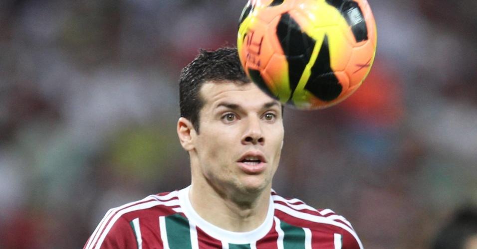 21.set.2013 - Wagner, meia do Fluminense, tenta dominar a bola na partida contra o Coritiba
