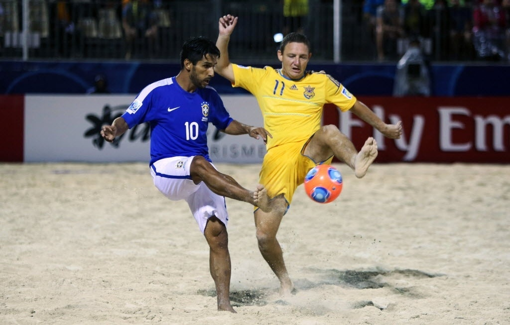 Jorginho (azul) disputa bola com Korniichuk na vitória do Brasil pela Copa do Mundo de futebol de areia