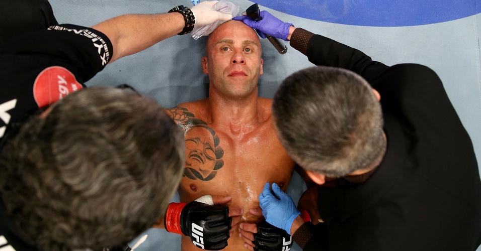 21.09.2013 - Nandor Guelmino recebe atendimento médico após ser nocauteado por Daniel Omielanczuk