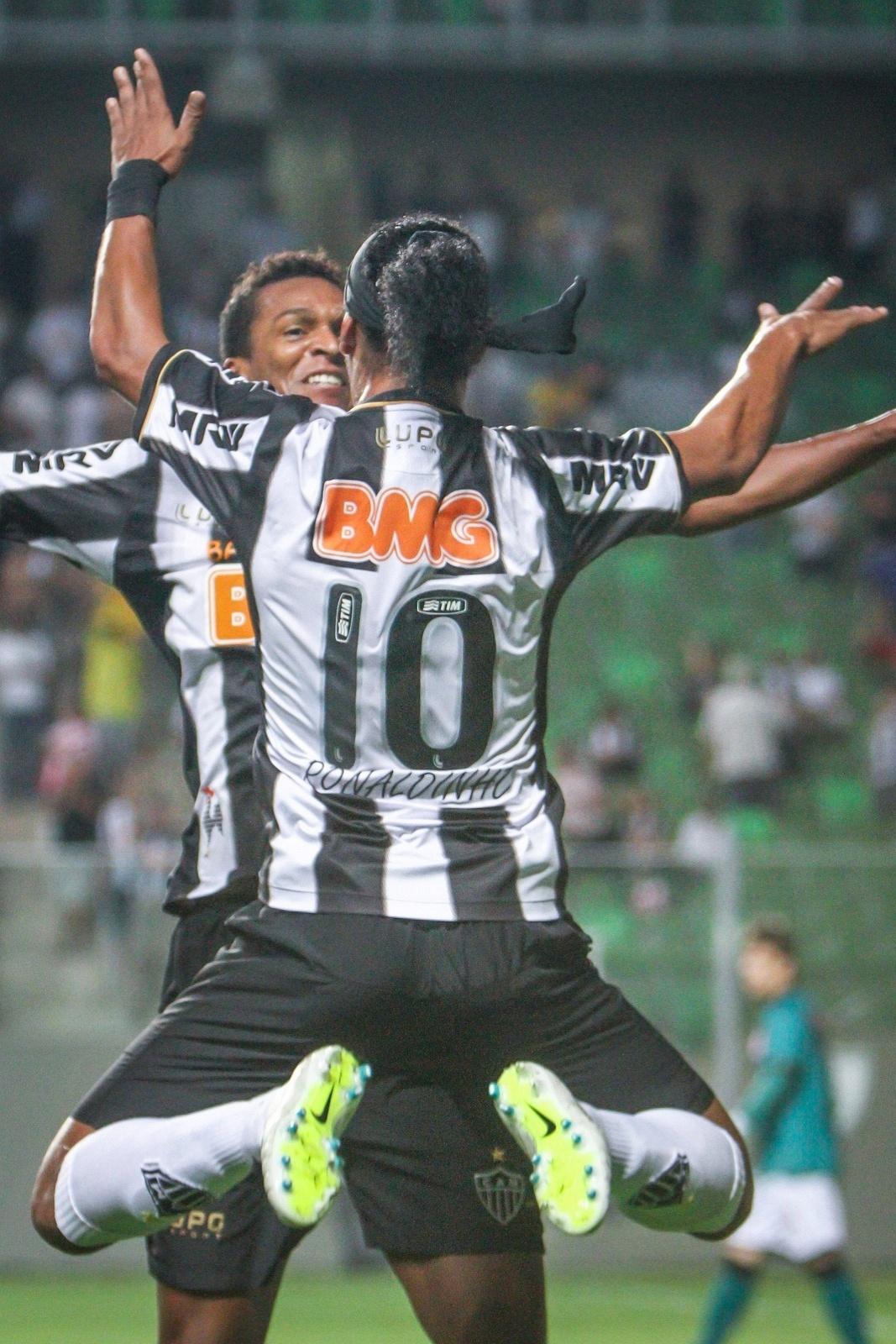 22 setembro 2013 - Jô e Ronaldinho Gaúcho reeditam a tradicional comemoração em gol do Atlético contra o Vasco