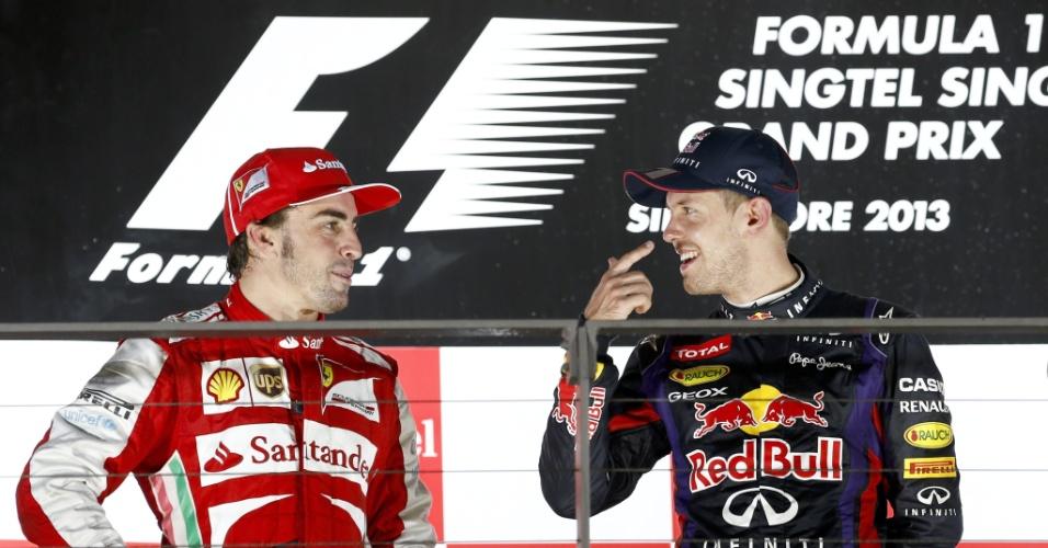 22.09.2013 - Alonso e Vettel conversam após os dois ficarem nas primeiras colocações do GP de Cingapura