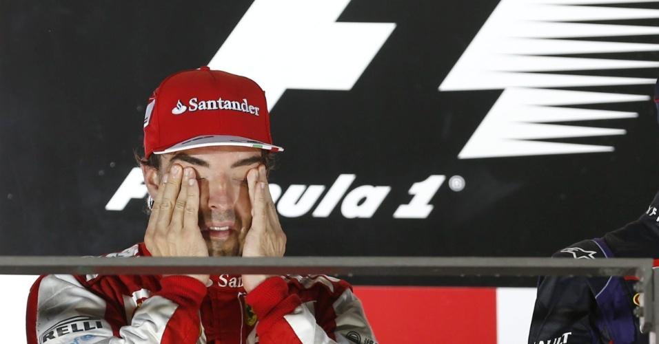 22.09.2013 - Fernando Alonso esfrega o rosto após ficar com a segunda colocação no GP de Cingapura