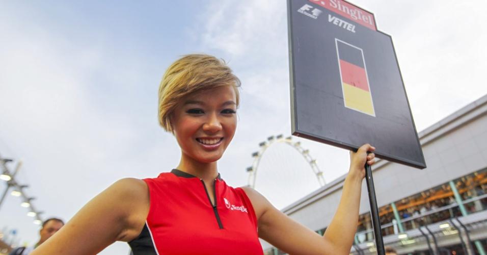 22.09.2013 - Grid girl sinaliza lugar de Sebastian Vettel no GP de Cingapura