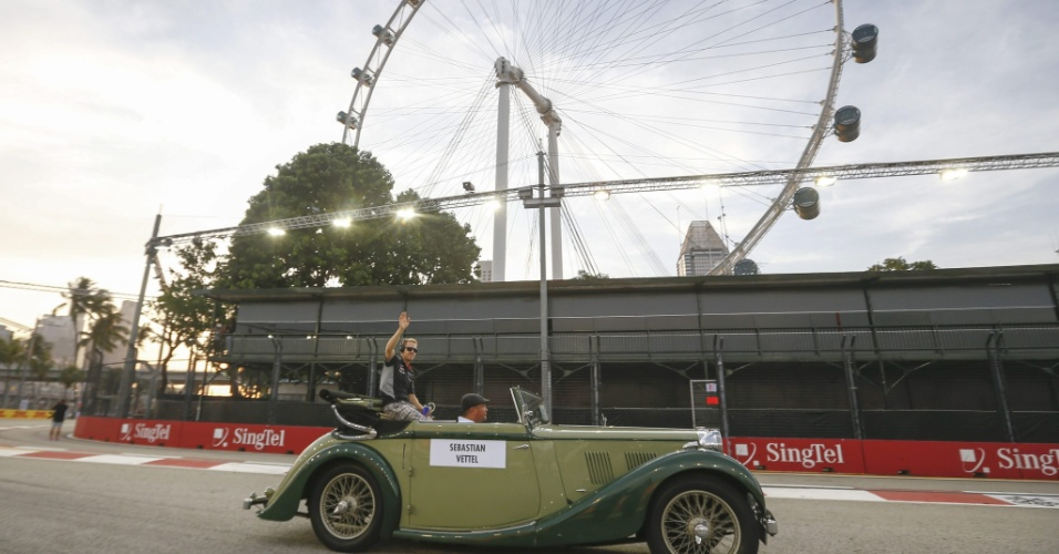 22.09.2013 - Sebastian Vettel desfila em um carro clássico antes do GP de Cingapura