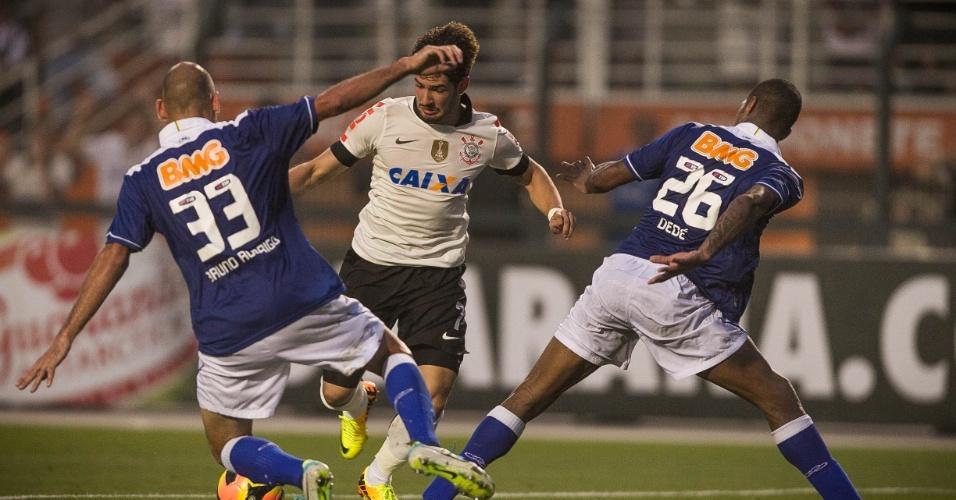 22.set.2013 - Alexandre Pato tenta passar pela marcação de Bruno Rodrigo e Dedé, zagueiros do Cruzeiro
