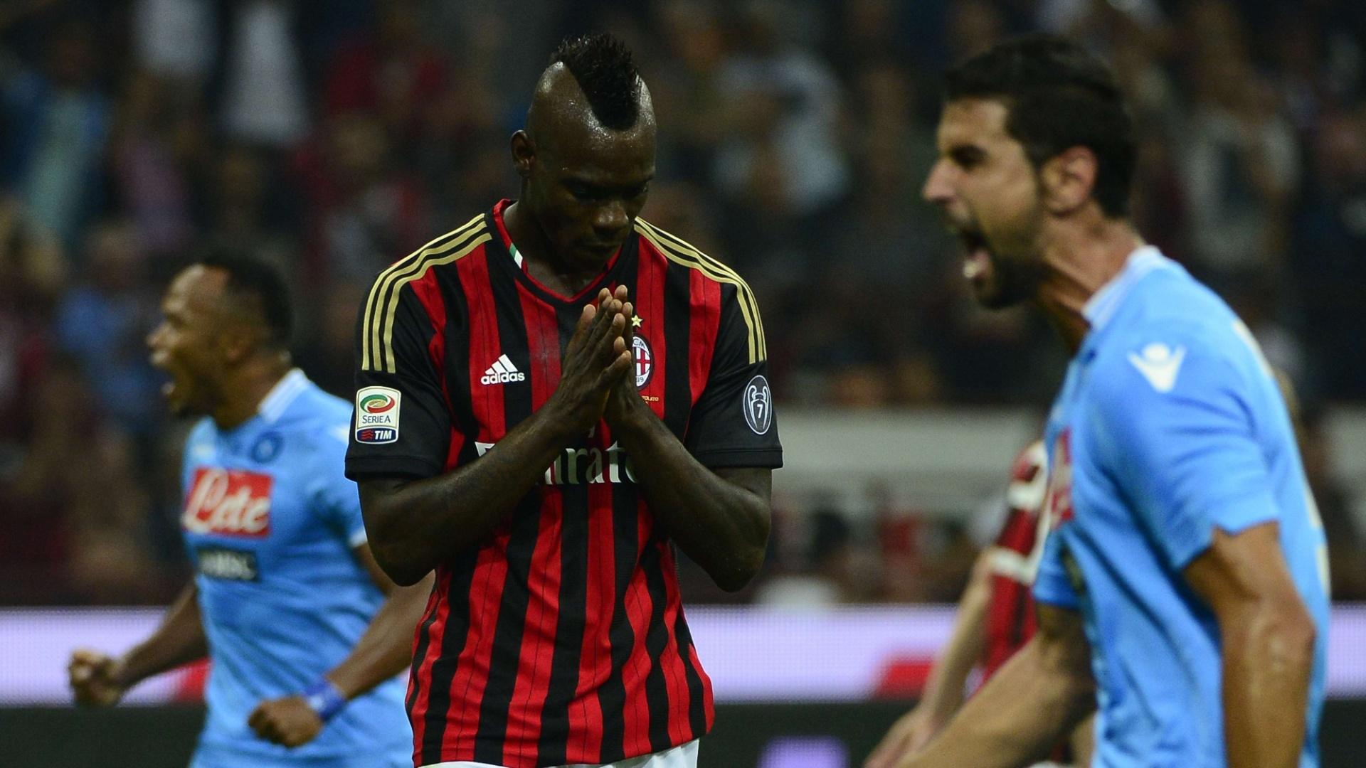 22.set.2013 - Balotelli perde seu primeiro pênalti no jogo contra o Napoli