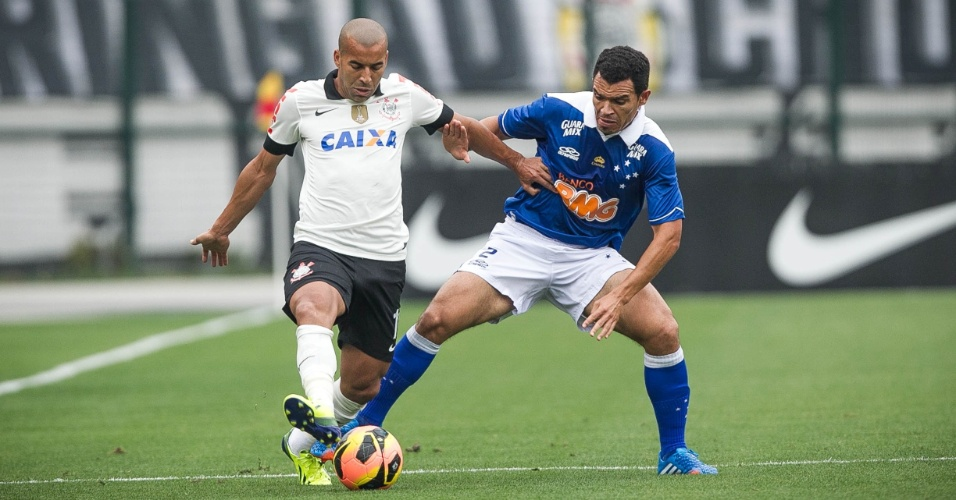 22.set.2013 - Ceará, lateral direito do Cruzeiro, tenta desarmar Emerson Sheik durante o jogo contra o Corinthians