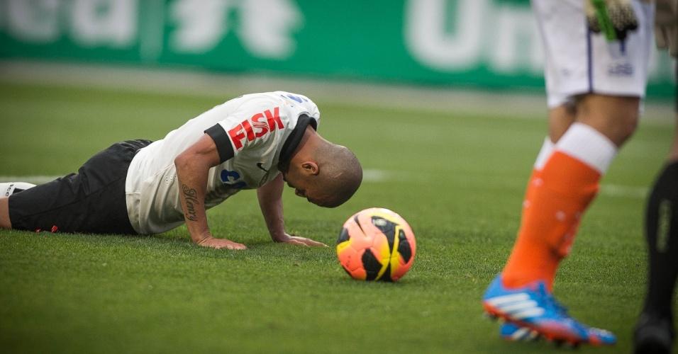 22.set.2013 - Emerson Sheik cai no gramado durante a partida entre Corinthians e Cruzeiro, no Pacaembu