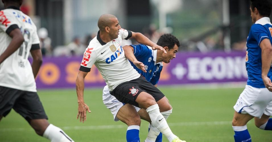 22.set.2013 - Emerson Sheik é marcado de perto durante a partida entre Corinthians e Cruzeiro