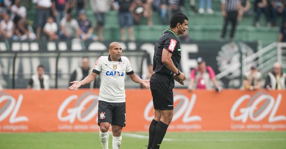 22.set.2013 - Emerson Sheik reclama com o árbitro durante a partida entre Corinthians e Cruzeiro