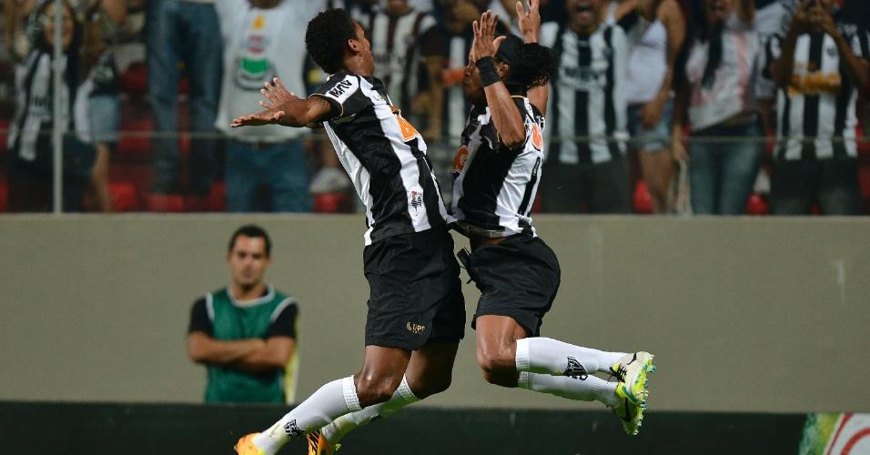 22.set.2013 - Jô e Ronaldinho Gaúcho comemoram o segundo gol do Atlético-MG sobre o Vasco